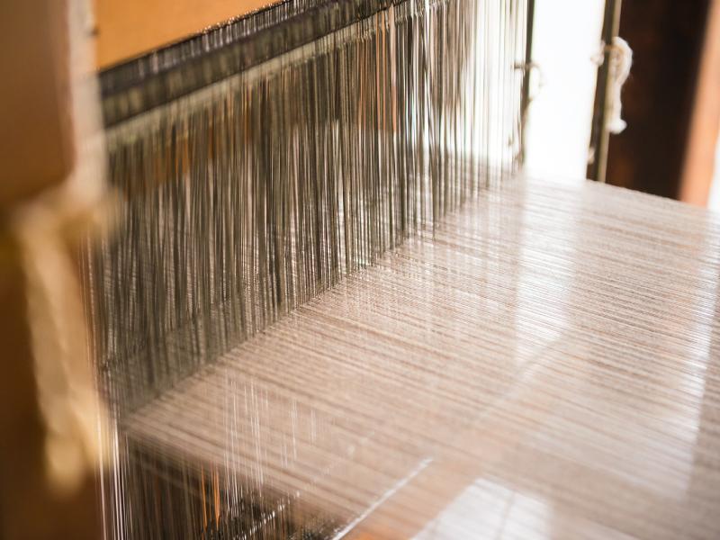高機を使って絹織物を手織りしている(機織り機)
